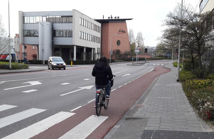 Het fietspad ter hoogte van het stadhuis wordt aangepast: het komt vrij te liggen.