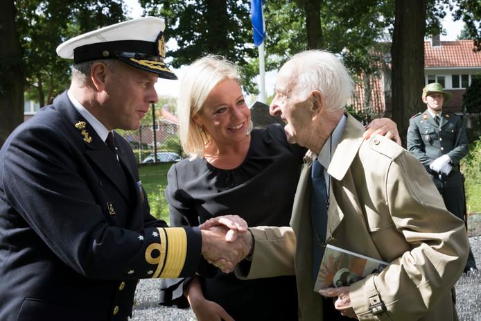 Willem Punt neemt tijdens de uitreiking van zijn boek de felicitaties in ontvangst van Commandant der Strijdkrachten luitenant-admiraal Bauer en oud-minister van Defensie Hennis-Plasschaert.