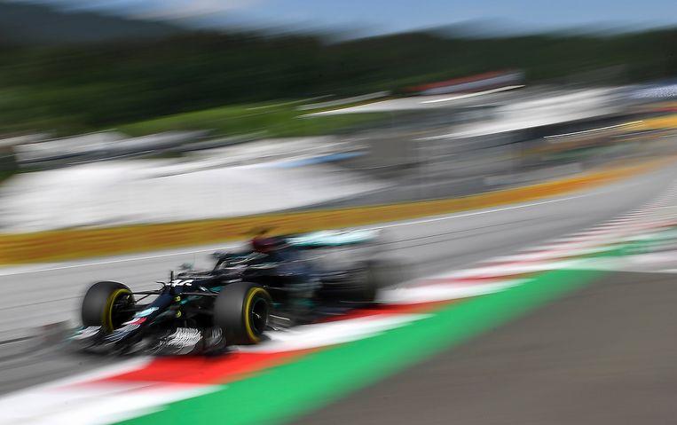 Lewis Hamilton vliegt weer in z'n Mercedes.