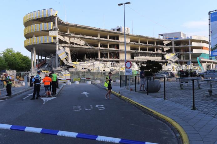 Deel nieuwe parkeergarage bij Eindhoven Airport ingestort.