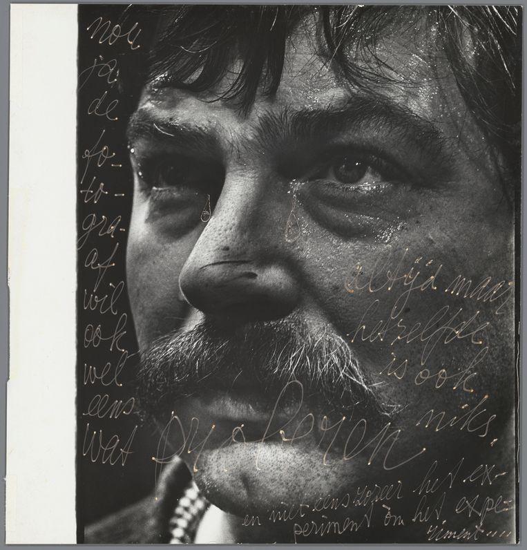 Portret van Karel Appel, 1958-1963, met opschrift 'Nou ja de fotograaf wil ook wel eens wat PROBEREN, altijd maar hetzelfde is ook niks, en niet eens zozeer het experiment òm het experiment.'  Beeld Ed van der Elsken