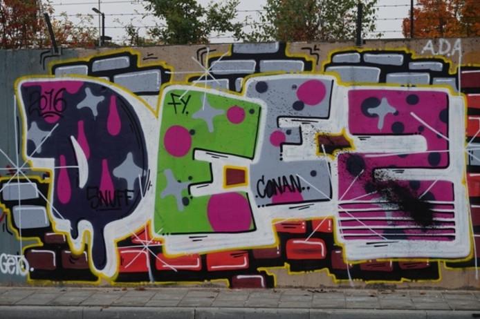 Graffiti op de muur bij het busstation.