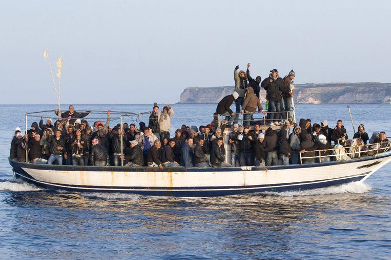 Een boot met migranten afkomstig uit Tunesië op weg naar het Italiaanse eiland Lampedusa.