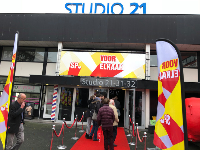 Ingang van Studio 21 in Hilversum waar de SP vandaag congres houdt.