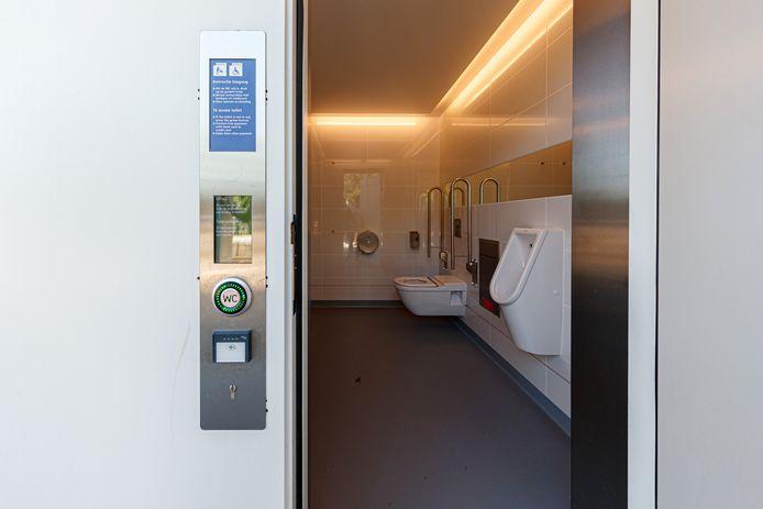 Genderneutraal, fris en van fors formaat: het nieuwe NS-toilet in Etten-Leur.