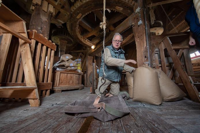 Molenaar Sjaak Poot aan het werk in molen d'Olde Zwarver in Kampen.