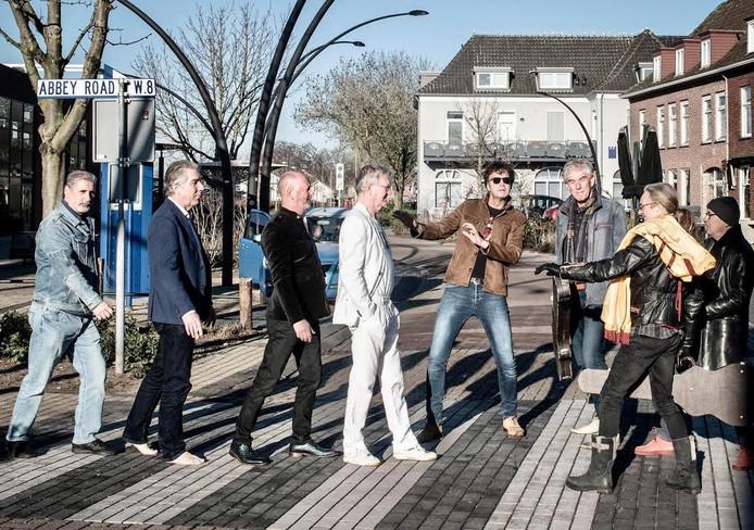 De formatie Byrds on the Wind op een zebrapad dat al gauw zo'n 370 kilometer van de Abbey Road Studios afligt.