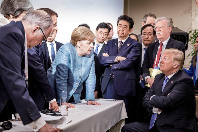 Angela Merkel spreekt met president Donald Trump tijdens de tweede dag van de G7 -top in Canada.