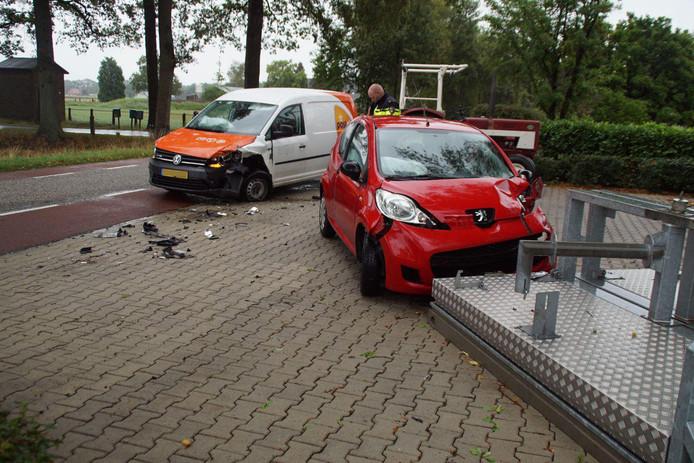 Twee auto's kwamen in Aalten met elkaar in botsing.