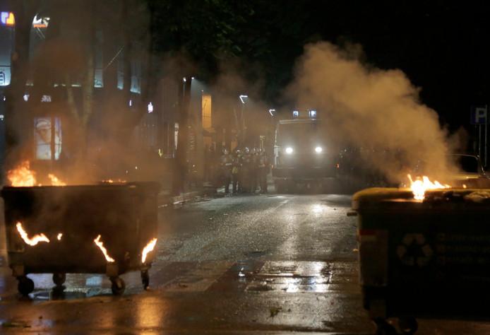 De politie zet waterkanonnen in bij de protesten in de Albanese hoofdstad Tirana.