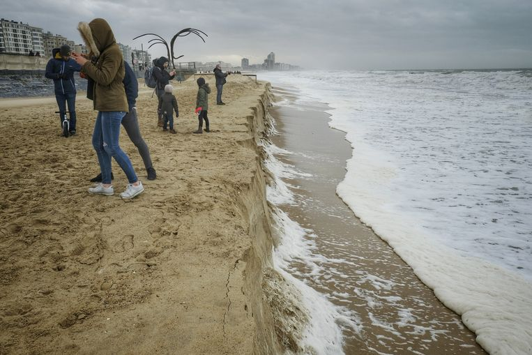 De kliffen die door de storm zijn ontstaan in Oostende.