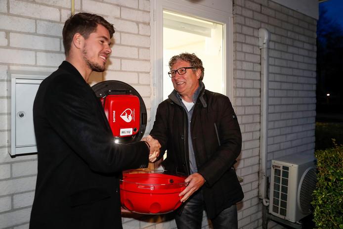Marco van Ginkel en Wim Rip nemen een AED (defibrillator) in gebruik in Wageningen.