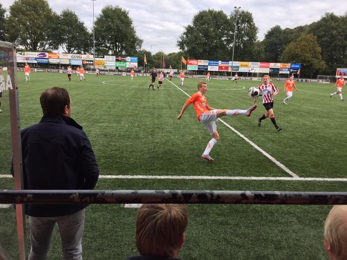 Tom Ikink controleert de bal op z'n Bergkamps voor Longa '30. Archieffoto.