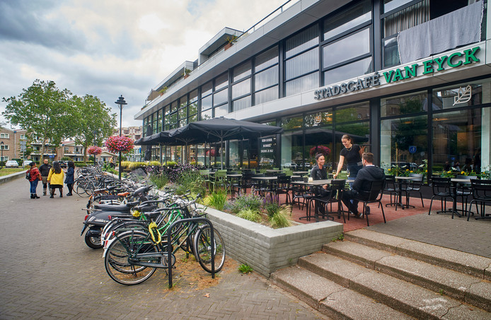 De voorlopig laatste twee horeca-aanwinsten in de Pastoor Spieringsstraat: stadscafé Van Eyck en luxe frietzaak de Goudtsmidt.