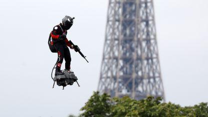 Dé sensatie op Franse nationale feestdag: solovlieger op 'flyboard' boven de Champs-Élysées