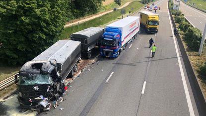 Drie vrachtwagens botsen op elkaar, E40 afgesloten voor verkeer