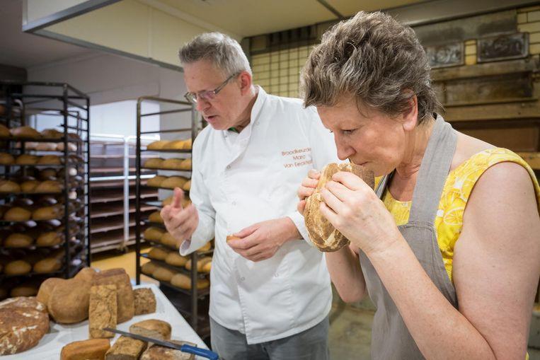 Bakker Marc Van Eeckhout, hier met Lutgart Lyen, met hun assortiment 'broden van eigen graan'.