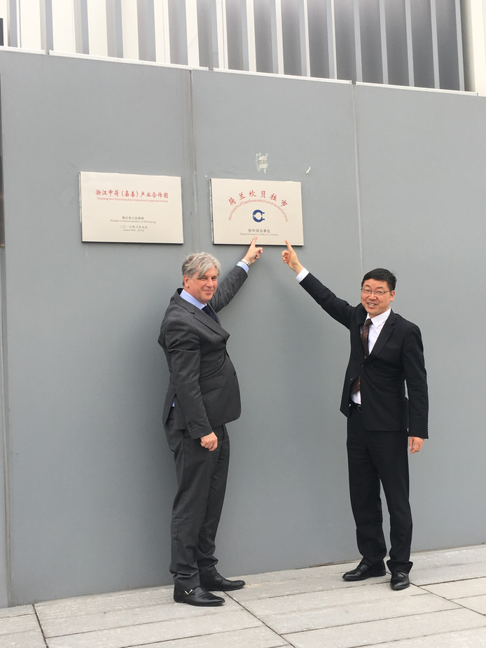 Burgemeester Peter Oskam van Capelle aan den IJssel op handelsmissie naar Jiashan in China.