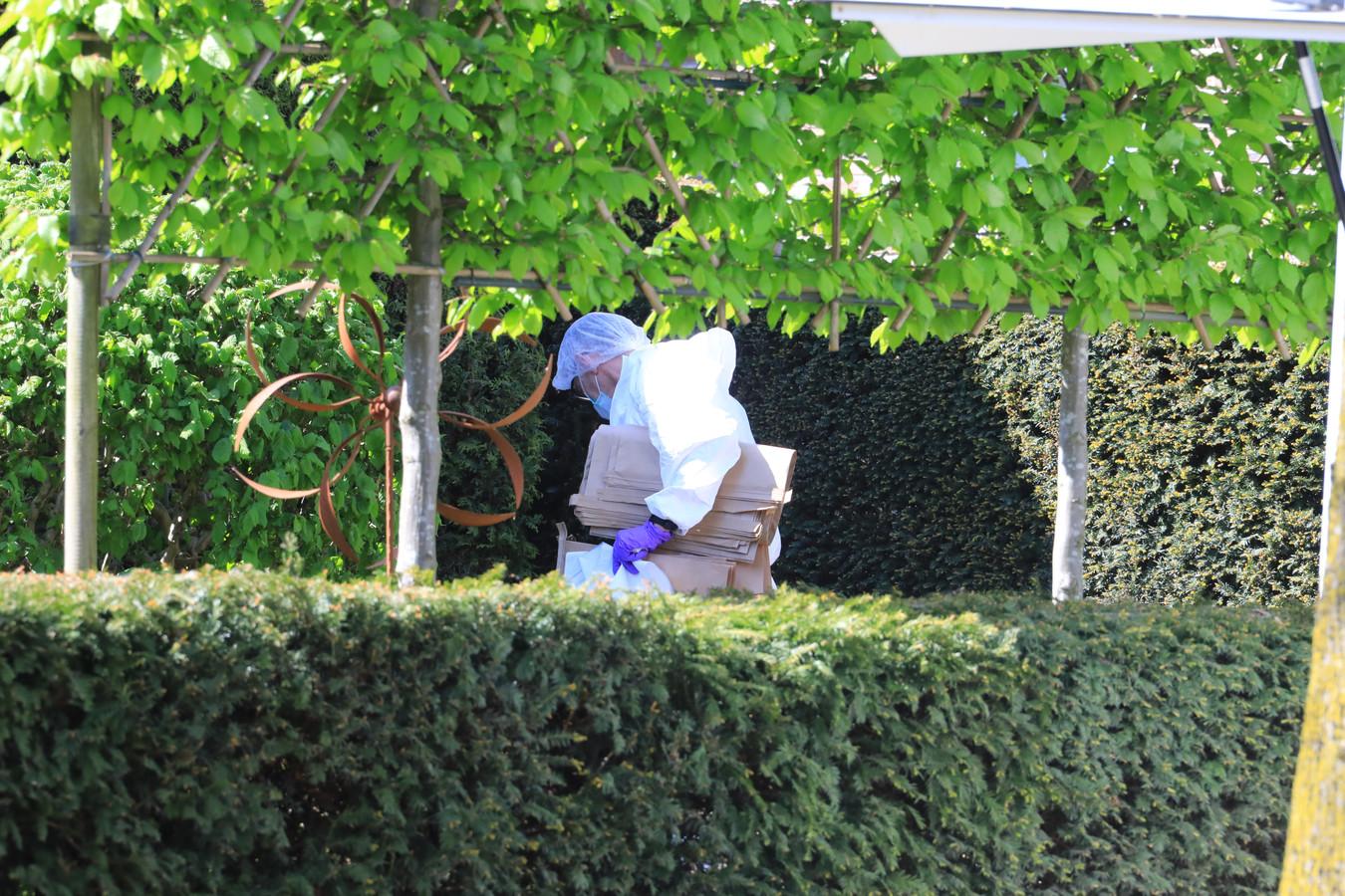 Onderzoek in de tuin van de woning van Miranda Zitman.