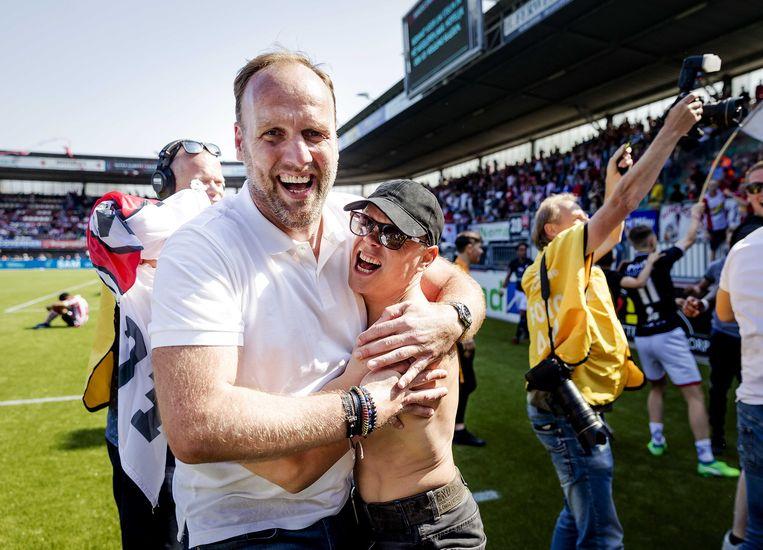 Dirk Lukkien viert feest met een supporter. Beeld ANP