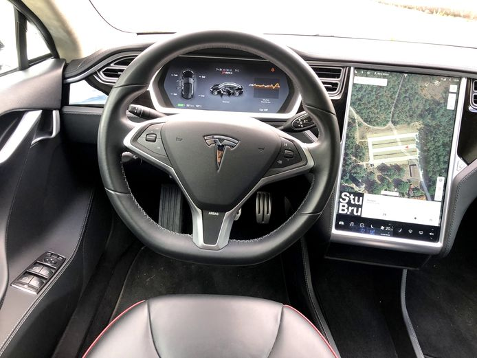 Op het dashboard van een Tesla zit een Ecall-knop. Wie daarop drukt, belt automatisch het alarmnummer.