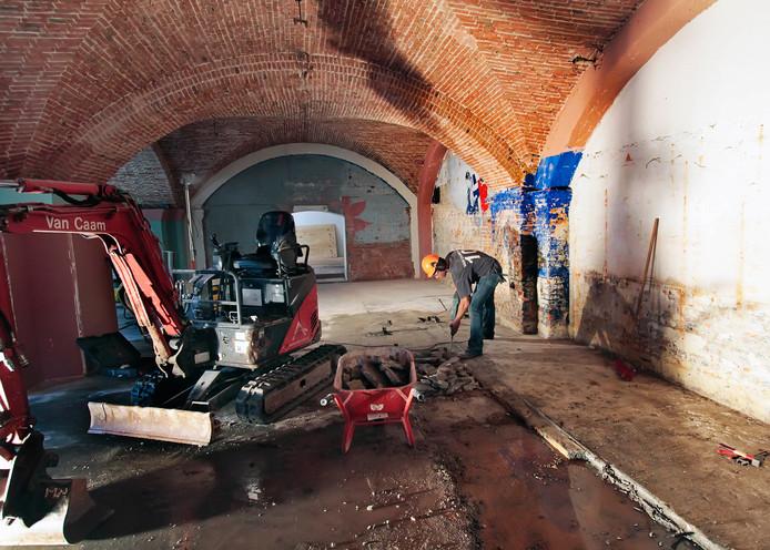 Blauwe muren in de crypte van de basiliek in Oudenbosch zijn snel verleden tijd. De muren van de gewelven worden in ere hersteld.