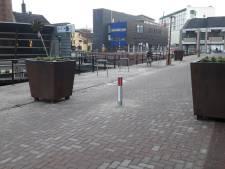 Sluiproute centrum Almelo afgesloten met paaltje en bloembakken