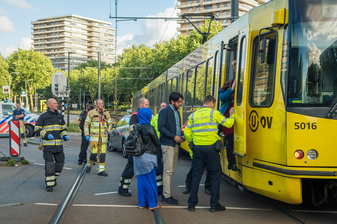 De brandweer moest eraan te pas komen om de inzittenden van de tram naar buiten te krijgen.