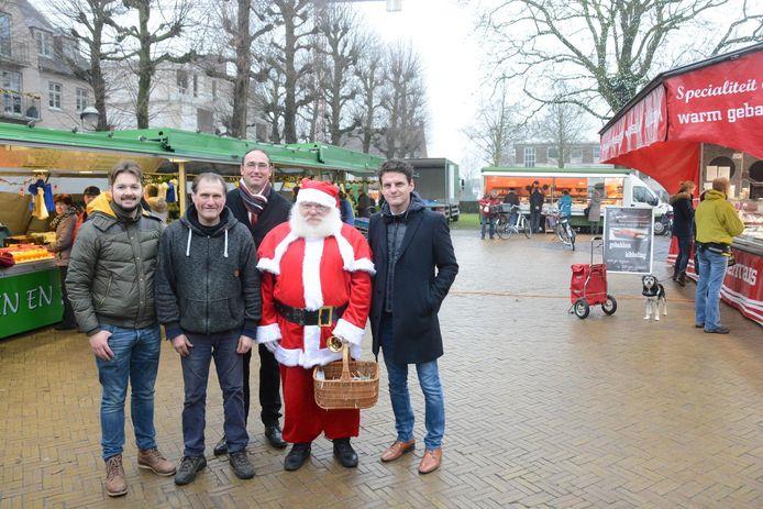 Marktleider Dries Weekers, marktkramer Freddy Tilleman, Wim Van Gerwen van de dienst lokale economie en schepen Filip Kegels vierden gisteren het officiële statuut van de wekelijkse markt in Haasdonk in aanwezigheid van de kerstman.