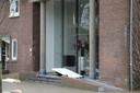 De deur wordt gerepareerd bij museum Singer Laren waar is ingebroken.