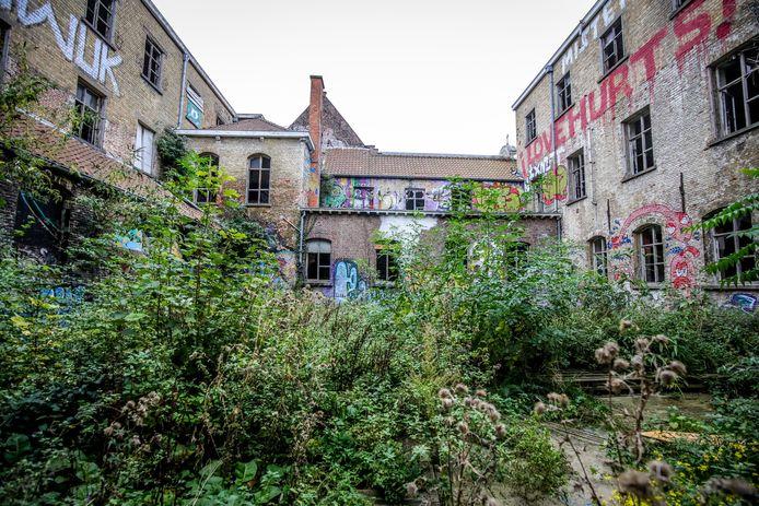 De binnentuin van de verloederde Weylerkazerne. Daar komt een hippe woon- en handelszone.