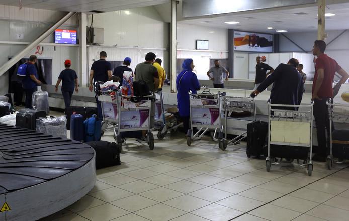 Reizigers op het vliegveld Matiga.