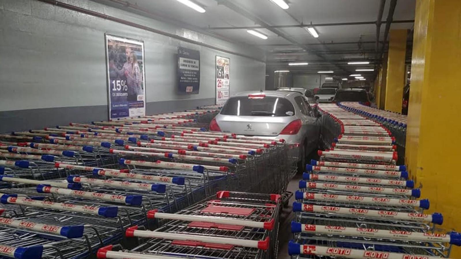 Winkelwagentjes omsluiten een verkeerd geparkeerde Peugeot