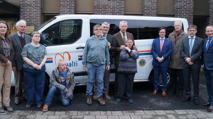 Lions Club schenkt busje aan Mivalti