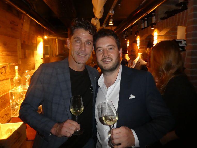 Finishen in de wijnkelder van L'Europe. John Gerdsen (Ondernemershuis Zaamen) en professioneel pokeraar Tom Meulders. Beeld Hans van der Beek