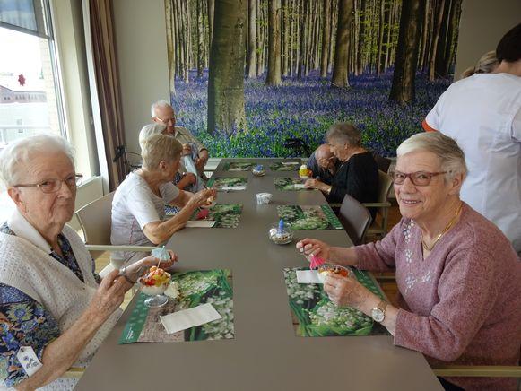 Een ijsje kan smaken tijdens een hittegolf. De bewoners van woonzorgcentrum Sint-Augustinus bereiden zelf het fruit bij hun ijsje.