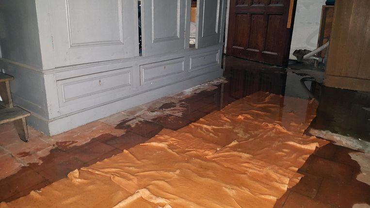 De vloer van de kerk was helemaal nat door het lek.