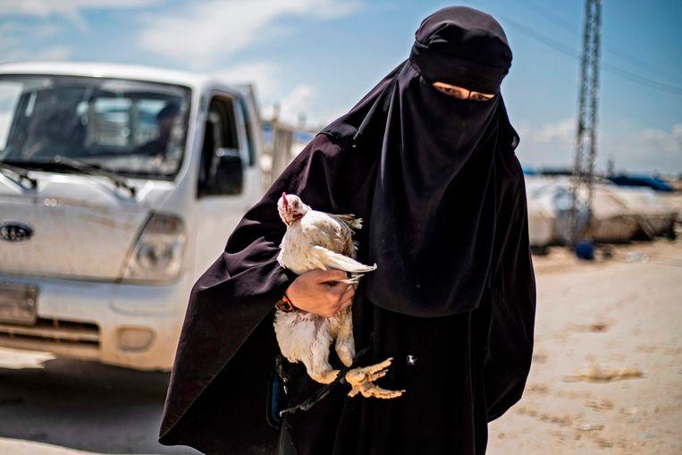 Een vrouw in het kamp al-Hol in Syrië.  Beeld AFP