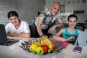 Antoine, Ronald en Michelle Voets die thuis blijven van school vanwege gezondheidsbeperkingen.