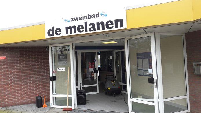 Vanwege de sluiting van binnenzwembad De Schelp in Bergen op Zoom wordt op dit moment met man en macht gewerkt om het buitenzwembad De Melanen in Halsteren eerder te openen.