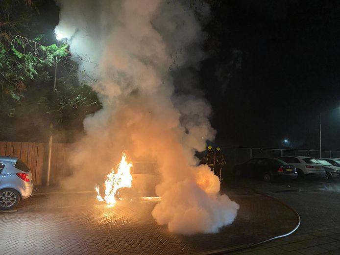 Aan de Gedenklaan in Gouda is vannacht een auto volledig uitgebrand. Vermoedelijk als gevolg van brandstichting, al dan niet met vuurwerk.