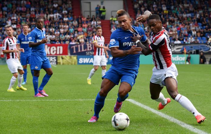 Memphis Depay (l), hier in duel met Terell  Ondaan, hielp PSV met twee goals aan de laatste uitzege bij Willem II.