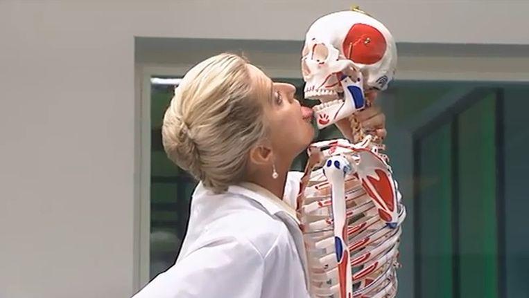 Dokter Corrie, gespeeld door Martine Sandifort Beeld Screenshot YouTube