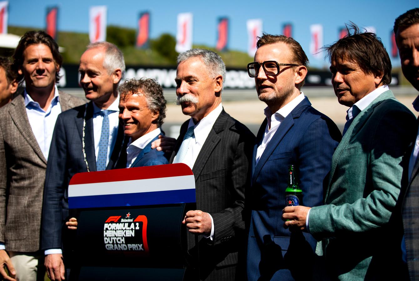 Prins Bernard (tweede van rechts).
