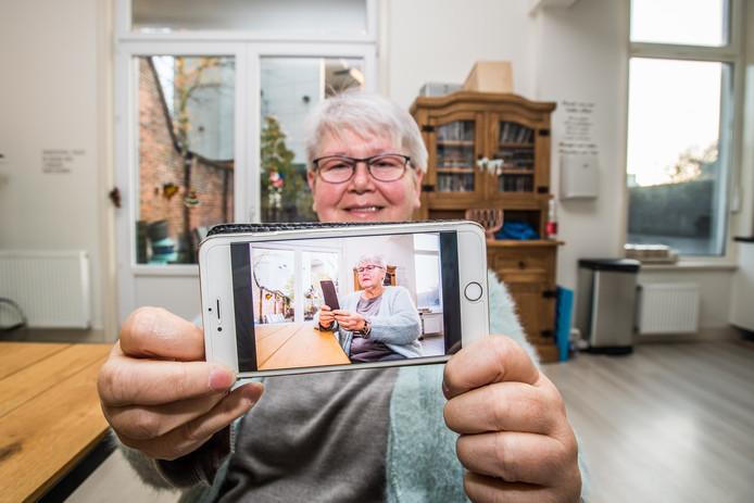 Hennie Verhoef met haar mobiele telefoon.
