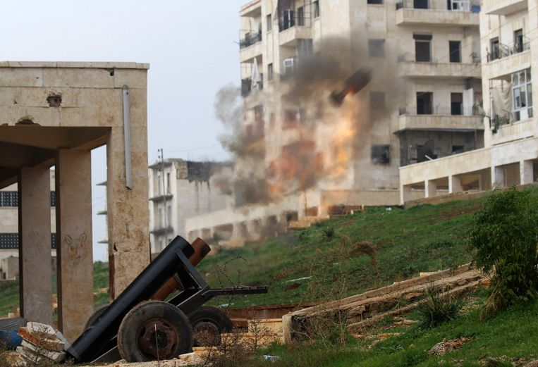 Rebellen in Syrië bestoken een gebouw waar soldaten van Bashar Assad in zitten. Beeld Reuters