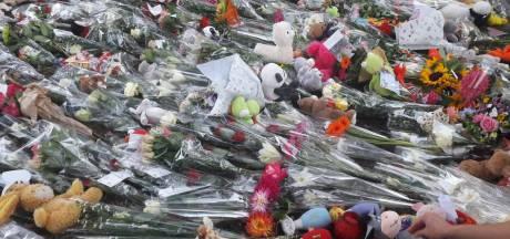 Herdenking bij station Oss West: bloemenzee voor slachtoffertjes groeit