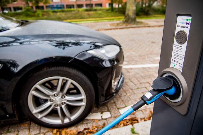 Een oplaadpunt voor elektrische auto 's in het straatbeeld van Rotterdam.