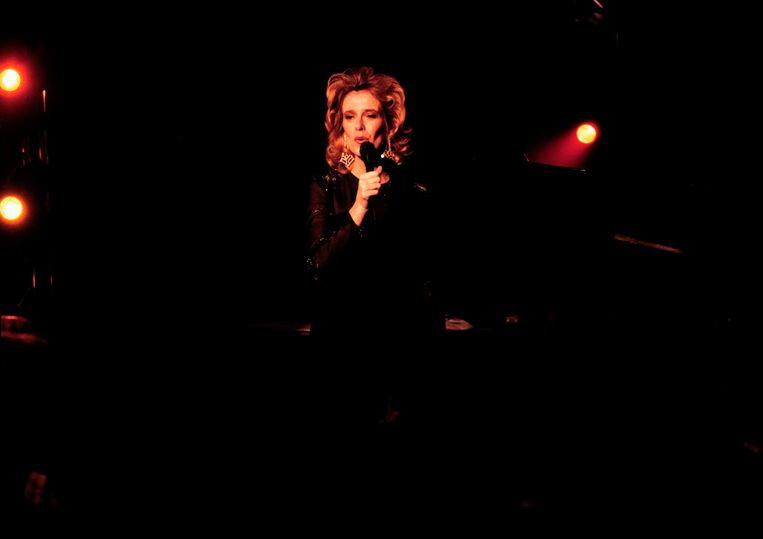 Laura als zangeres in een jazzclub, 1996, seizoen 7. Beeld Hollandse Hoogte