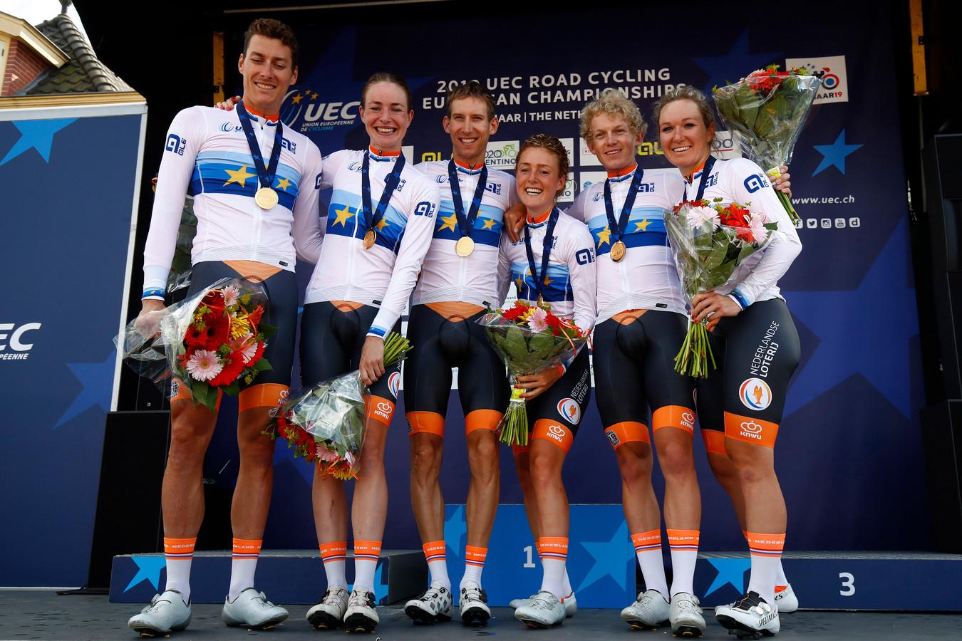 De winnaars van Nederland, met v.l.n.r.: Ramon Sinkeldam, Riejanne Markus, Bauke Mollema, Floortje Mackaij, Koen Bouwman en Amy Pieters.